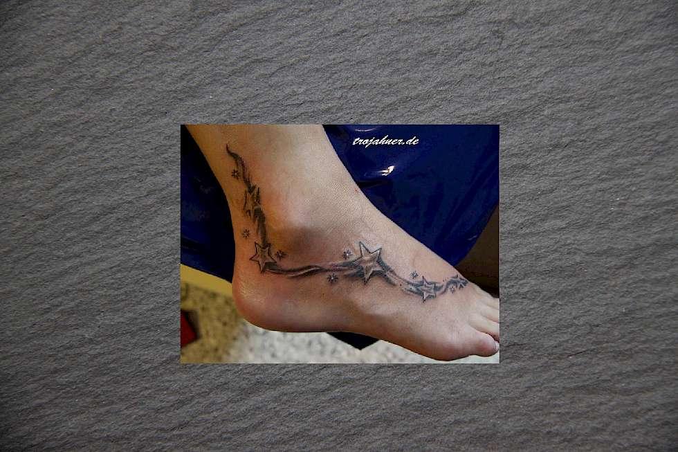 schriftzug am fu free tattoos designs fuss tattoo blumen. Black Bedroom Furniture Sets. Home Design Ideas